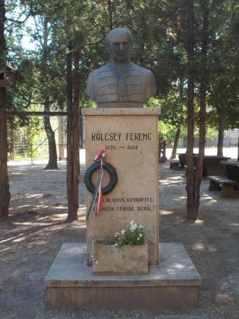 Kölcsey Ferenc szobor az iskola udvaron
